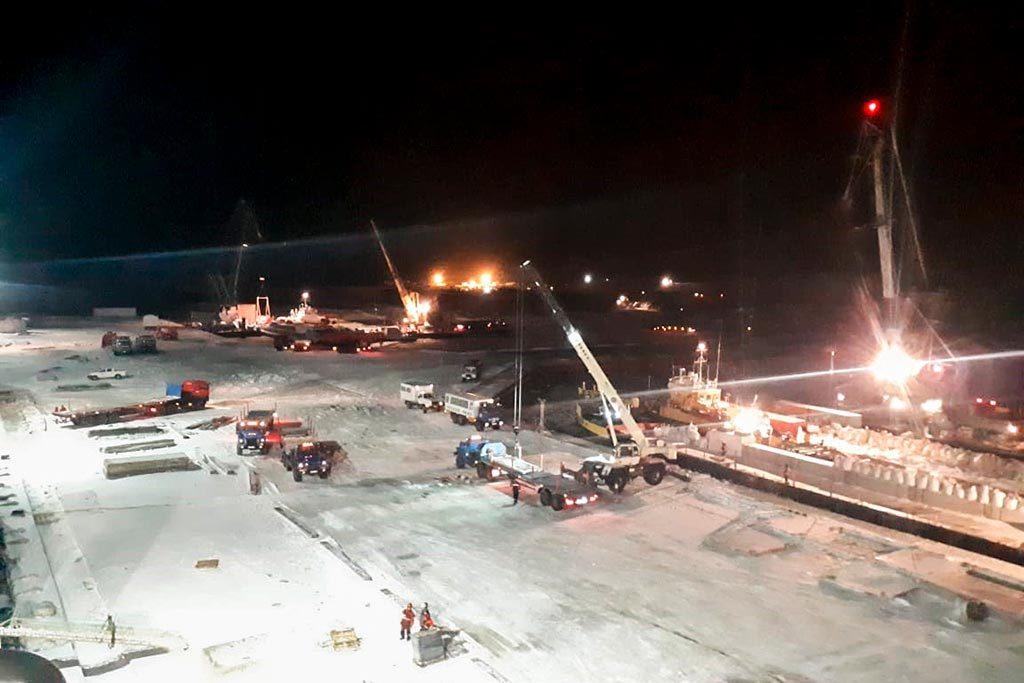 партия груза, поступившего на Утреннее ГКМ из порта Приобье, выгружается с борта судна Карелия